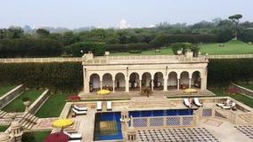 Pan van zwembadgebied wordt geschoten van Hotel Amar Villas, Agra, Uttar Pradesh, India dat stock video