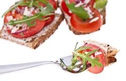 Pan vegetariano del tomate - junte las piezas en una fork Imagen de archivo libre de regalías