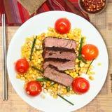 Pan-verbranntes Steak mit Cherry Tomato und Feldsalat Lizenzfreies Stockbild