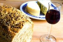 Pan, vidrio de vino y queso Foto de archivo
