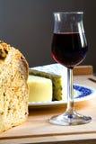 Pan, vidrio de vino y queso Foto de archivo libre de regalías