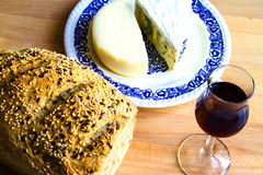 Pan, vidrio de vino y queso Imagen de archivo