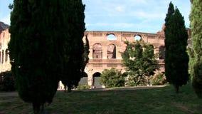 Pan View Of The Roman Colosseum avec des arbres banque de vidéos