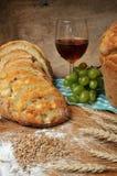 Pan, vino y uvas movidos hacia atrás frescos foto de archivo