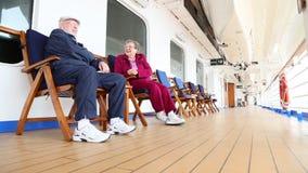 Pan von den älteren Paaren, die auf Kreuzschiff-Plattform sich entspannen stock video footage