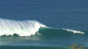 Pan von einem Surfer an den surfenden Kiefern Bruch der großen Welle in Pe驶ahi am Nordufer der Insel von Maui, Hawaii stock video footage