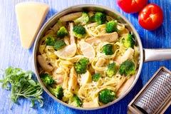 Pan von Teigwaren mit Huhn und Brokkoli Stockfoto