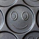 Pan voor het koken van vrolijke het glimlachen pannekoeken royalty-vrije stock afbeelding