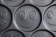 Pan voor het koken van vrolijke het glimlachen pannekoeken stock foto