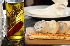 Pan y aceite de oliva Imágenes de archivo libres de regalías