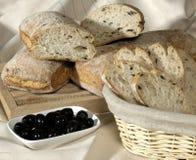Pan y aceitunas fotografía de archivo libre de regalías