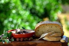 Pan y aceitunas Fotografía de archivo