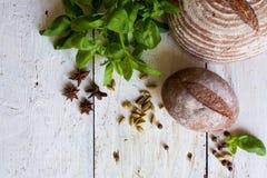 Pan y albahaca en la tabla Imagen de archivo libre de regalías