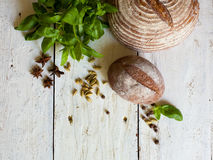 Pan y albahaca en la tabla Imágenes de archivo libres de regalías