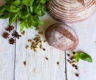 Pan y albahaca en la tabla Imagen de archivo