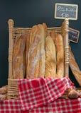 Pan y basketful a empanar del panadero Fotos de archivo libres de regalías