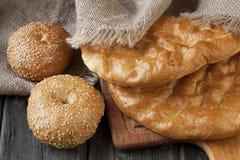 Pan y bollos turcos del surtido en el tablero de madera Imagenes de archivo