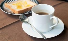 Pan y café en la tabla, café, taza, taza de café Foto de archivo