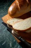 Pan y cuchillo blancos Imágenes de archivo libres de regalías