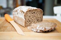 Pan y cuchillo rebanados Imagen de archivo libre de regalías