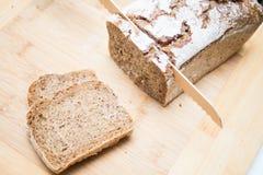 Pan y cuchillo rebanados Foto de archivo