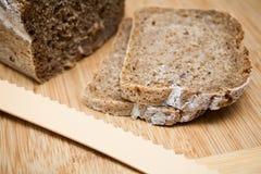 Pan y cuchillo rebanados Foto de archivo libre de regalías