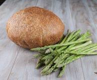 Pan y espárrago fresco con las verduras Imagenes de archivo