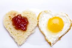 Pan y huevo en forma de corazón Imagenes de archivo