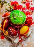 Pan y huevos de Pascua con el flor de la manzana Foto de archivo