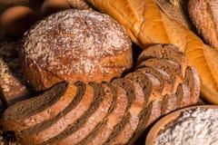 Pan y huevos del trigo integral en la tabla de madera fotos de archivo libres de regalías