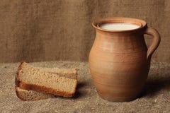 Pan y leche. Imagen de archivo libre de regalías