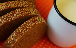 Pan y leche Imágenes de archivo libres de regalías