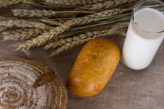 Pan y leche Foto de archivo libre de regalías
