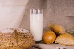 Pan y leche Foto de archivo