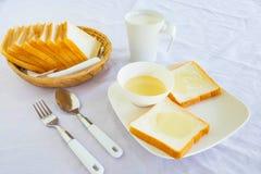 Pan y leche condensada azucarada en la tabla fotos de archivo libres de regalías