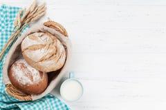 Pan y leche crujientes hechos en casa Fotos de archivo