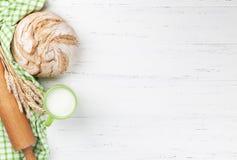 Pan y leche crujientes hechos en casa Imagen de archivo libre de regalías