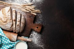 Pan y leche crujientes hechos en casa Fotos de archivo libres de regalías