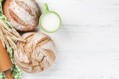 Pan y leche crujientes hechos en casa Fotografía de archivo