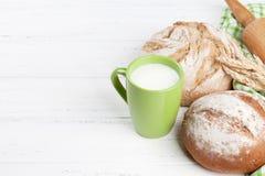 Pan y leche crujientes hechos en casa Imagenes de archivo