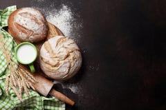 Pan y leche crujientes hechos en casa Imagen de archivo