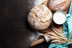 Pan y leche crujientes hechos en casa Foto de archivo