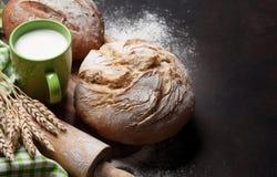 Pan y leche crujientes hechos en casa Imágenes de archivo libres de regalías