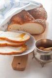 Pan y miel trenzados del jalá Imagen de archivo libre de regalías