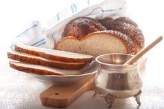 Pan y miel trenzados del jalá Fotografía de archivo