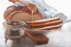 Pan y miel trenzados del jalá Imagenes de archivo