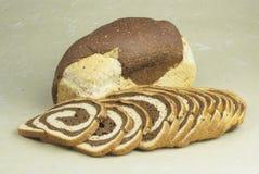 Pan y rebanadas de mármol del centeno del pan Imágenes de archivo libres de regalías