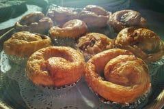Pan y rollo dulce en cesta con el fondo blanco Foto de archivo