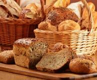 Pan y rollos en cesta de mimbre Imagen de archivo