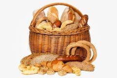 Pan y rollos en cesta de mimbre Imágenes de archivo libres de regalías